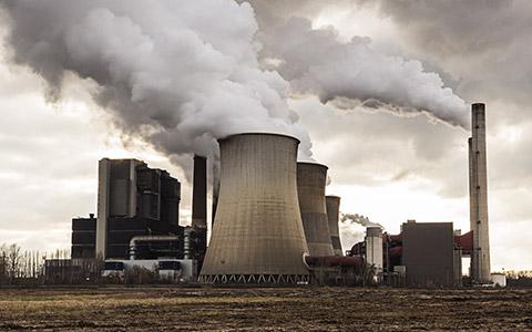 Industrieanlage mit viel Rauch
